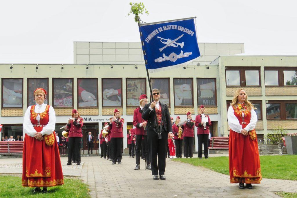 """Strømmen og Skjetten skolekorps klare til å spille """"Ja, vi elsker dette landet"""" utenfor Akershusmuseet. Foto: Vårt Strømmen, vartstrommen.no."""