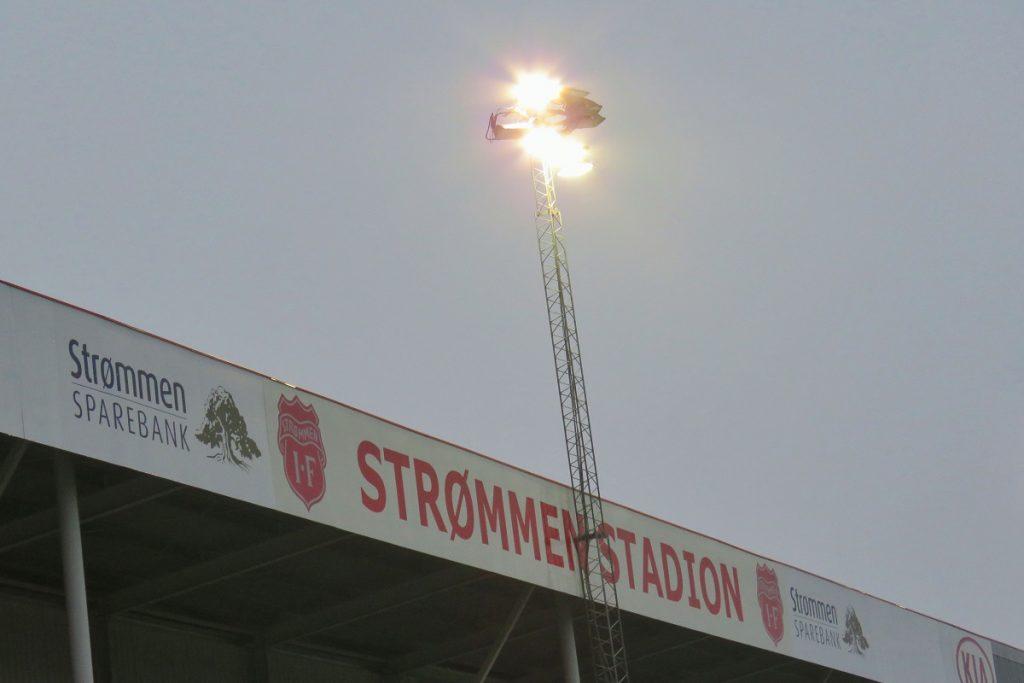 Strømmen stadion: Strømmen IF sine flomlys skal oppgraderes til OBOS-ligaen 2021. Foto: Vårt Strømmen, vartstrommen.no.