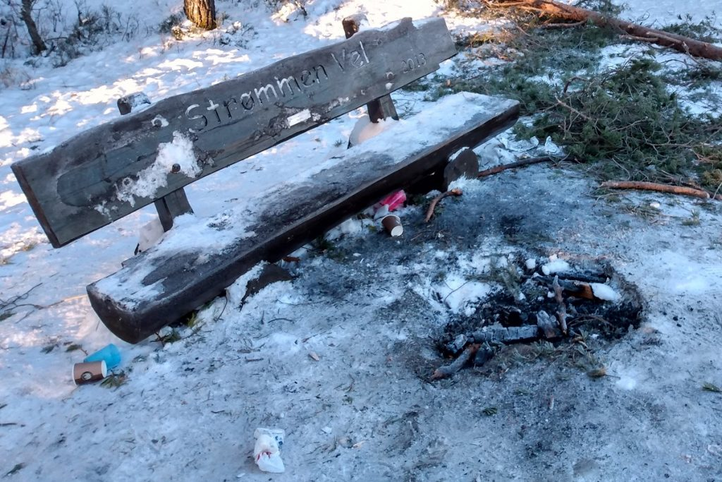 St.Hansfjellet, Strømmen. Forsøpling, 16. januar 2021. Foto: Vårt Strømmen, vartstrommen.no.