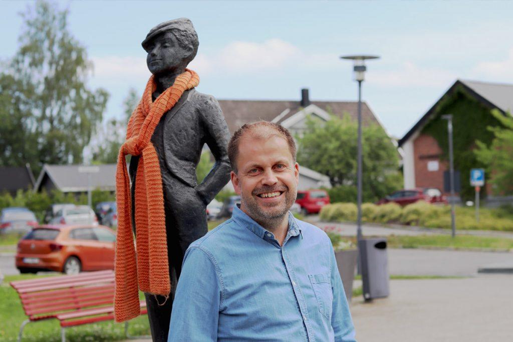 """Fotograf Ronny Østnes, Strømmen Sparebank - Kunstinstallasjonen """"Strømlingen"""". Foto: Vårt Strømmen, vartstrommen.no."""
