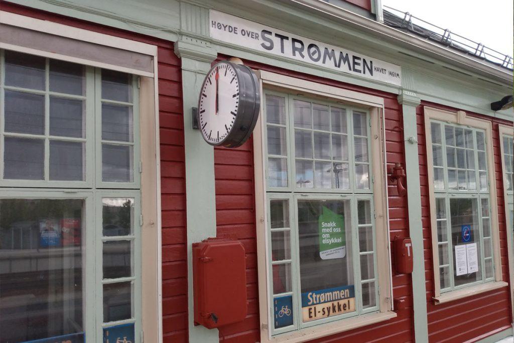 Strømmen stasjon, stasjonsbygning, jernbanestasjon. Vedlikehold sommeren 2021. Foto: Vårt Strømmen, vartstrommen.no.