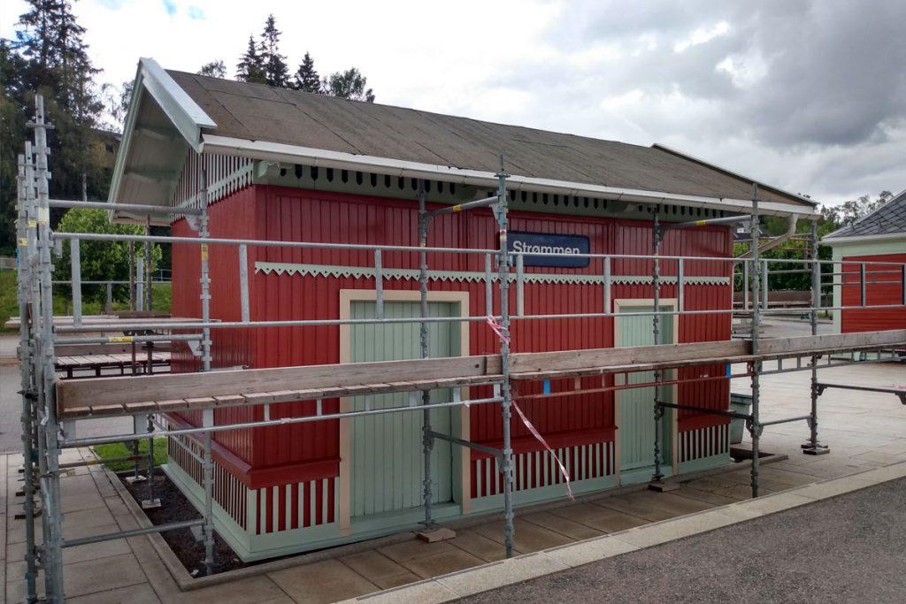 Strømmen stasjon, privetbygningen, jernbanestasjon. Vedlikehold sommeren 2021. Foto: Vårt Strømmen, vartstrommen.no.