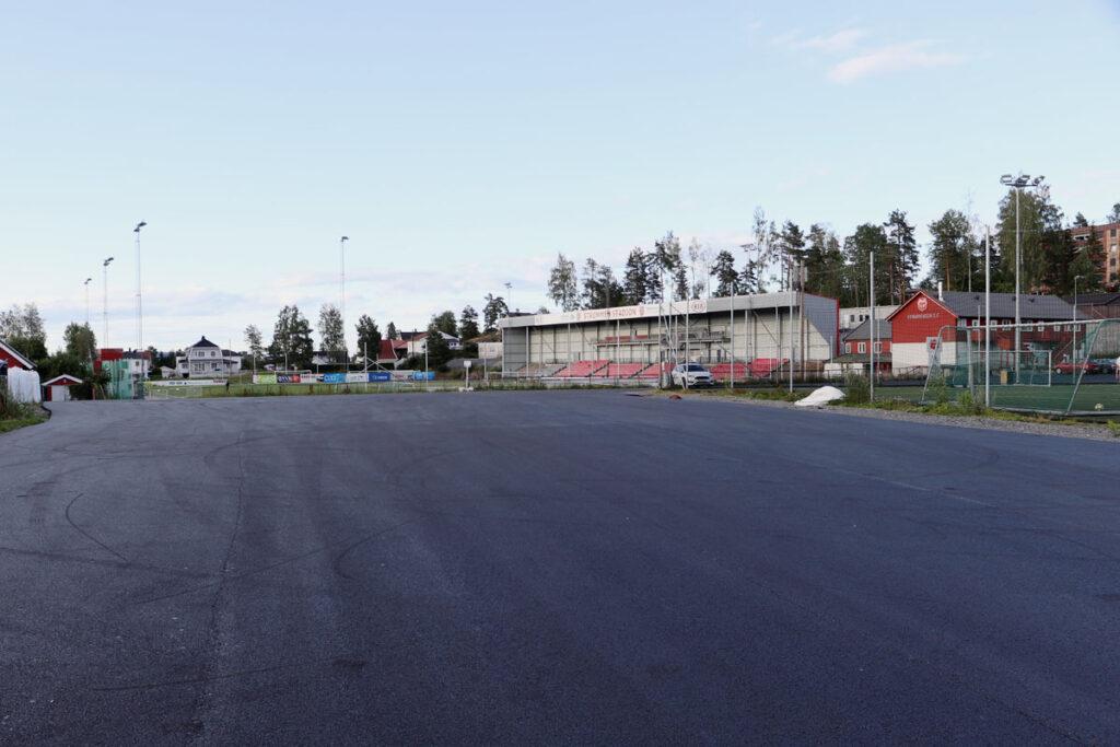 Strømmen stadion. Asfalt på parkeringsplassen. Foto: Vårt Strømmen, vårtstrømmen.no.
